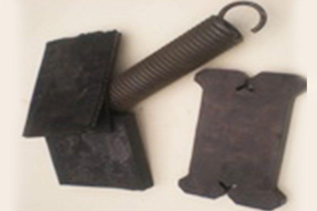 Opružni amortizer segmanta za snežni plug